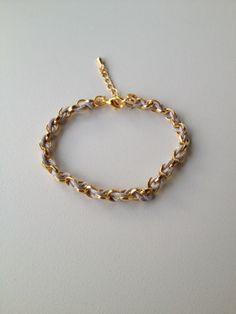 chain bracelet with grey string pulseira de corrente dourada trançada com fio cinza