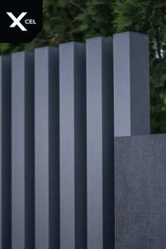 Free-standing aluminum Arete Vertico slats come directly from the ground in vertical direction. // Pionowe słupki aluminiowe Arete Vertico wychodzą bezpośrednio z podłoża. Main Gate Design, Facade Design, Compound Wall Design, Modern Fence Design, Victoria House, Black Fence, Building A Fence, House Yard, Arquitetura