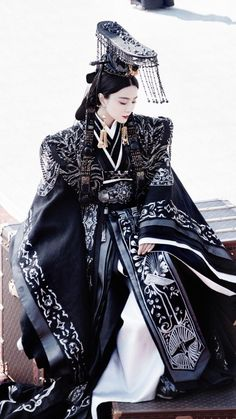 Traditional Chinese Ancient Qin Dynasty Imperial Empress Dowager Embroidered Trailing Costume and Headpiece Complete Set Korean Traditional Clothes, Traditional Fashion, Traditional Dresses, Traditional Chinese, Traditional Kimono, Oriental Fashion, Asian Fashion, Chinese Fashion, Dark Fashion