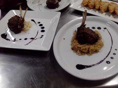 Rack de cordeiro acompanhado de arroz pilaf ou quinoa e redução de malbec...