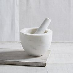 Marble adds such a luxurious feel to your kitchen. So don't hide your pestle & mortar or your chopping boards. Use your pestle for making salsa or guacamole. Use your chopping boards for cheese or tarts. How To Make Salsa, Making Salsa, The White Company, Mortar And Pestle, Country Kitchen, Kitchen Accessories, Glass Jars, Kitchenware, Kitchen Design