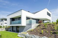 Architect house meets smart home. This incredibly stylish home is equipped with many smart functions, all centrally managed by the Miniserver. Best Home Security Camera, Smart Home Control, Smart Garden, Smart Home Technology, Smart Home Automation, Architect House, Smart Technologies, Swimming Pools, Home And Family