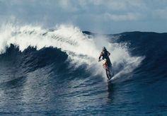 O piloto de motocross e acrobata Robbie Maddison encarou o desafio proposto pela DC Shoes: surfar nas ondas do Taiti, na Polinésia francesa, sem abandonar a sua moto! O vídeo chamado Pipe Dream já conta com mais de 10 milhões de visualizações. Com duração de quase 4 minutos, o desafio faz jus ao sucesso na internet. Afinal, quem é capaz de andar sobre as águas... com uma moto? Para que esse milagre pudesse ser possível, foram instaladas duas peças de esqui no veículo, oferecendo equilíbrio e…