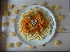 Czary w kuchni- prosto, smacznie, spektakularnie.: Makaron serduszka z potrawką z marchewki i cukinii... Pesto Pasta, Spaghetti, Ethnic Recipes, Kitchen, Food, Cooking, Pasta Al Pesto, Kitchens, Essen