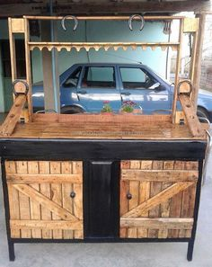 We never run out of ideas to give your different look every time. This reused wood pallet bar is one of its kind in its simplicity and class. Can't elaborate its descriptive features in words. Seeing is believing!