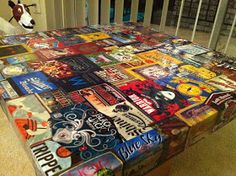 Could make this with mod podge, Maybe, for the man cave? I know a few young men that would like a table like this. Beer Box Crafts, Craft Beer Labels, Diy Craft Projects, Diy Crafts For Kids, Fun Crafts, Diy Table Top, A Table, Game Room Bar, Popular Woodworking