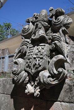 """""""'...pietra d'armi talmente adorna di volute e pennacchi che spiccanodi più gli ornamenti barocchi che non i lignaggi blasonati."""" Jardim da Carreira, a fianco dell'Avenida 1mo de Maio (""""ampia strada circolare"""")"""