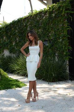 Sou apaixonada por roupa branca. De longe é a cor que predomina no meu closet. Difícil não ser apaixonada por esse vestido da Pactus, que tem um shape super elegante e te deixa com cara de princesa…
