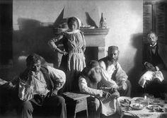 Ζεμενό Κορινθίας, ο Fred και ο Daniel τσουγκρίζουν τα ποτήρια με τους οδηγούς των ζώων τους, 1903 Πηγή: www.lifo.gr