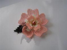 цветок шиповника брошь