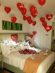 The bedroom needs to be a place where romance and true love is cultivated and celebrated. Here are a few romantic bedroom ideas. Love Gifts, Diy Gifts, Ideas Aniversario, San Valentin Ideas, Wedding Bedroom, Birthday Goals, Romantic Birthday, Romantic Room, Romantic Dinners