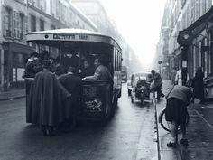 1952. Une rue du quartier des Halles à Paris. Le dernier autobus à plateforme roulera jusqu'au 22 janvier 1971