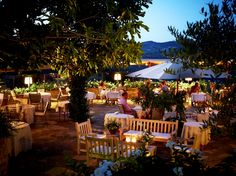 "www.restolio.com - La Colonna. The ""Restaurant La Colonna"" of the Hotel Le Fontanelle takes its name precisely from the ""column"" around which one of the most ancient area of the complex was created. #Restaurant #Tuscany #Gourmet #Traditional #Italian #Luxury #Restaurant #Tuscan #Casalio. (Pinned by - www.casalio.com) Subscribe to www.casaliotravel.com"
