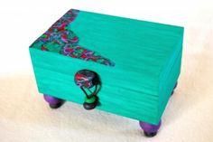 Caja joyero de madera.