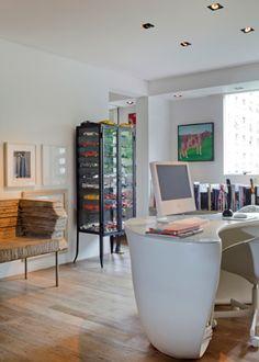 Na mesa do escritório, design do arquiteto francês Philippe Starck, caixas de lápis de cor e de aquarela compradas no exterior. Ao fundo, quadro de Claudio Tozzi - Fotos Otavio Dias