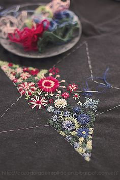 Sticken Blumen Stickerei                                                                                                                                                                                 Mehr Quilt Festival, Diy, Cuff Bracelets, Anna, Patchwork, Brooch, Cross Stitch, Napkins, Hobbies