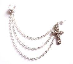 Ear cuff med kedja och kors från Lady of the Lake Smycken http://ladyofthelake.se
