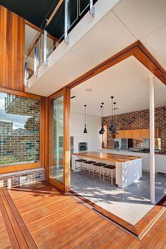 Acogedor y elegante interior en madera Tzalam y Cumarú con acabado color Castaño.  #Interiores #Decoración #Parquet