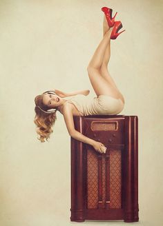 There's something that's not only classy, but sexy about the style of pin up photos. Phlearn explains the concept of their tech inspired retro pin up photoshoot. Pub Radio, Radio E Tv, Retro Pin Up, Rockabilly Pin Up, Rockabilly Fashion, Pin Up Girls, Hot Girls, Pin Up Fotografie, Models