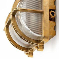 Sockel und Schutzgitter aus Messingguß, Kuppel aus geriffeltem Preßglas. Länge 26 cm, Breite... - Wand- und Deckenleuchte Messingguß rechteckig