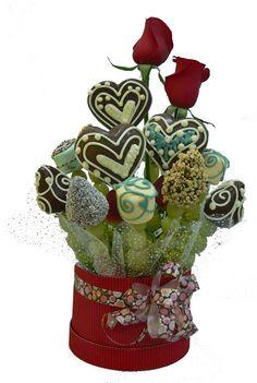Sticky Box    Dulce base decorativa con Jugosas brochetas con refrescantes uvas, fresas bañadas con chocolate de leche y decoradas con chocolate blanco; toping de maní y coco. Esponjosos marshmallows de sabores decorados con chocolate. Manzana en forma de corazón , flor o mariposa ; bañados en chocolate de leche junto a 2 Rosas. Sabroso y encantador.