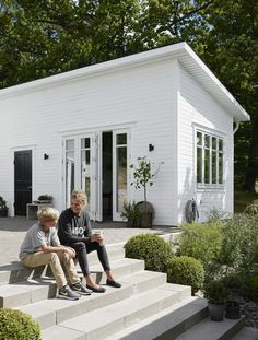 Pella Hedebys compact living-dröm Pella Hedeby Attefallshus utsida There are several things that can Backyard Guest Houses, Backyard Studio, Young House Love, Pella Hedeby, Modern Tiny House, Modern Houses, Compact Living, Pink Houses, Florida Home