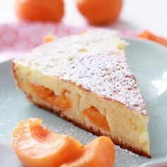 Apricot and buttermilk cake pan Bizcocho albaricoque 125 g de harina  50 g de almendras molidas  1 cucharada de polvo de hornear  150 g de azúcar  3 huevos  60 ml de aceite de oliva  100 ml de suero de leche (leche fermentada)  2 cucharadas de sd'eau flor de naranja o agua de rosas, si lo prefiere  5 albaricoque