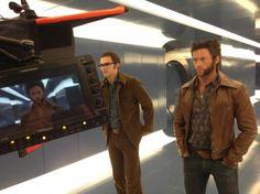 Bryan Singer twitteo una foto de Nicholas Hoult y Hugh Jackman en la filmación de X-Men: Days of  Future Past con la cita Welcome to 1973...   Catafora.com