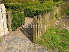 Lattenzaun aus Holz mit offener Gartenpforte in Bielefeld-Olderdissen im Teutoburger Wald in Ostwestfalen-Lippe
