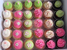 Pincakes en tonos fucsia, blanco y verde manzana by Piece of Cake - Cupcakes!, via Flickr