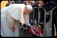 the Holy Father spies a little boy & bends over to give him a pat <3