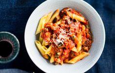 Kasviskastike pastalle syntyy munakoisosta ja herkkusienistä. Muheva kasviskastike sopii myös esimerkiksi lasagnen väliin.