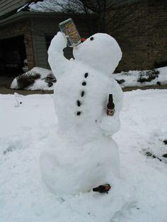 Trinkenden Schneemann im Garten bauen