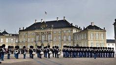 Vagtparade på Amaliensborgs Slotsplads med Frederik VIII's palæ i baggrunden.