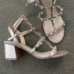 Shop Women's Badgley Mischka Silver Gold size Heels at a discounted price at Poshmark. Gold Glitter Heels, Silver Pumps, Glitter Cups, Glitter Gif, Badgley Mischka Shoes, Beautiful Heels, Fashion Deals, Discount Shoes, Sandals