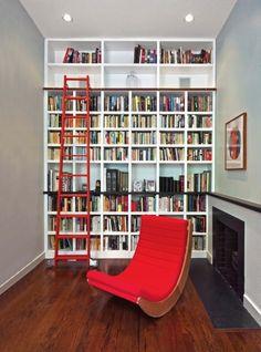 Adoramos como a cor coral quebrou a austeridade desta biblioteca com lareira. Moderna, confortável e ainda assim com um toque clássico (Ascher Davis Architects, LLP via houzz.com)