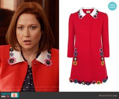 Kimmy's red coat with floral collar on Unbreakable Kimmy Schmidt. Outfit Details: https://wornontv.net/72350/ #UnbreakableKimmySchmidt