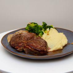 Server entrecôte med pastinakkpuré og sjampinjongsaus, gjerne med dampet brokkoli eller annet ønskelig tilbehør. Håper det smaker! Steak, Food And Drink, Blogging, Steaks