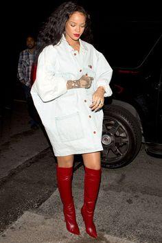 Rihanna optou pelo modelo over the knee e arrasou na produção