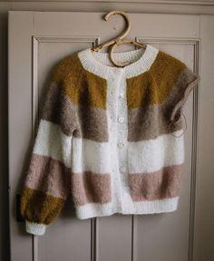 • Lige ved og næsten • Der er gået lidt trefarvet is med twist af banan i den, men jeg fornemmer allerede, den bliver et hit i… Hand Knitted Sweaters, Sweater Knitting Patterns, Knitting Designs, Hand Knitting, Knitting Projects, Crochet Fabric, Knit Crochet, Crochet Woman, Knit Fashion