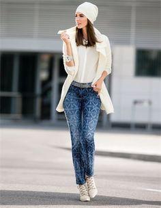 Bedruckte Damen-Jeans im Ethno-Dessin, Damen Gürtel aus echtem Leder mit glänzenden Effekten, Schnür-Stiefelette mit hohem Absatz, Breiter Armreif, Lange Damen Strickjacke mit Schurwolle und Seide