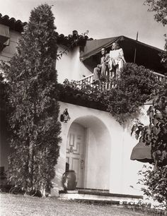 Marilyn Monroe, Frank Sinatra, and Other Old Hollywood Stars' Homes : Architectural Digest. Mayo Methot and Humphrey Bogart at Bogart's L. Hollywood Homes, Old Hollywood Stars, Old Hollywood Glamour, Golden Age Of Hollywood, Vintage Hollywood, Classic Hollywood, Hollywood Regency, Humphrey Bogart, Bogie And Bacall