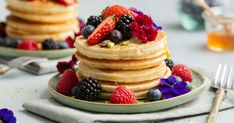 Recipe: American Pancakes with coconut and red fruit - Bakken.nl - Recipe: American Pancakes with coconut and red fruit – Bakken. American Pancakes, Chocolate Chip Pancakes, Homemade Pancakes, Red Fruit, Cheesecake, Brunch, Coconut, Breakfast, Mini