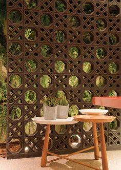 O uso do cobogó proporciona eficiência energética, pois filtra o sol e garante ventilação natural permanente, ideal na arquitetura sustentável.