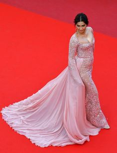 Indian actress Sonam Kapoor poses as she arrives on May 21, 2017 for the screening of the film 'The Meyerowitz Stories (New and Selected)' at the 70th edition of the Cannes Film Festival in Cannes, southern France. / AFP PHOTO / LOIC VENANCE