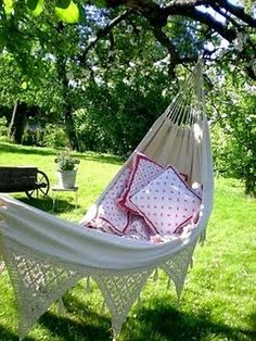 Shabby Chic in the Garden Hammock/Sally Evans Embracing Creativity Jardin Style Shabby Chic, Shabby Chic Garden, Outdoor Spaces, Outdoor Living, Outdoor Decor, Home Tumblr, Garden Hammock, Garden Pond, Garden Trellis