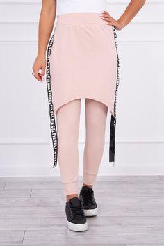 Spodnie/Kombinezon z napisem selfie ciemny pudrowy różPrezentujemy Państwu wygodne spodnie - kombinezon. Naszytą spódnicę można przekształcić w kombinezon unosząc ją do góry. Spodnie z kieszeniami. Po bokach wszyty suwak z taśmami. Biała bluzka nie jest częścią zestawu. Bardzo ciekawa propozycja dla wszystkich Pań. Spodnie wykonana jest z wysokiej jakości materiału. Rozmiar jest uniwersalny i będzie odpowiedni dla Pań noszących rozmiar S, M i L. Skład: 90% Bawełna, 10% Elastan Wymiary… Fashion Blogger Style, Fashion Addict, Outfit Of The Day, Diva, High Waisted Skirt, Street Wear, Street Style, Boutique, Lifestyle