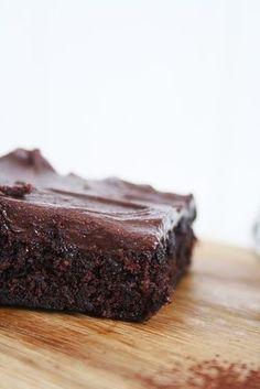 """Här kommer det ! Receptet på den absolut godaste långpannechokladkakan !! Den blir lixom som en blandning mellan kladdkaka och mjuk """"sockerkakskaka"""" . Den blir kompakt, saftig & lagom kladdig ;) Eftersom vi bakar 3 sorter på jobbet varje dag så kan jag säga att jag testat en Chocolat Cake, Danish Dessert, Grandma Cookies, Banana Brownies, Cake Recipes, Dessert Recipes, Cookie Desserts, Let Them Eat Cake, No Bake Cake"""