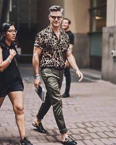 Another good example of what to wear with animal print. Top 10 looks com camisa estampada Gentleman Mode, Gentleman Style, Men With Street Style, Urban Street Style, Summer Fashion Outfits, Casual Outfits, Stylish Men, Men Casual, Casual Menswear
