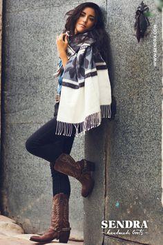 Prachtige poncho met bruine Sendra cowboylaarzen. Shop de zomercollectie op Miinto.nl!